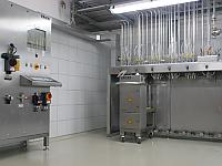 The new dosing cluster doses and weighs accurate to the gram raw materials for essences according to the respective formula. This process is fully automated.
