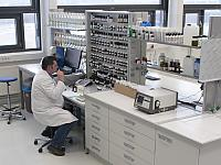 Has planned and implemented the modernisation: Mike Eberhardt, authorised representative of Chemoform AG. The photo shows the factory's own laboratory.