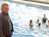 Many children in the region have become good and safe swimmers thanks to swimming lessons supported by Chemoform AG's donations. On the picture is Werner Fritz, principal of Mörikeschule Köngen, together with children who are learning to swim.